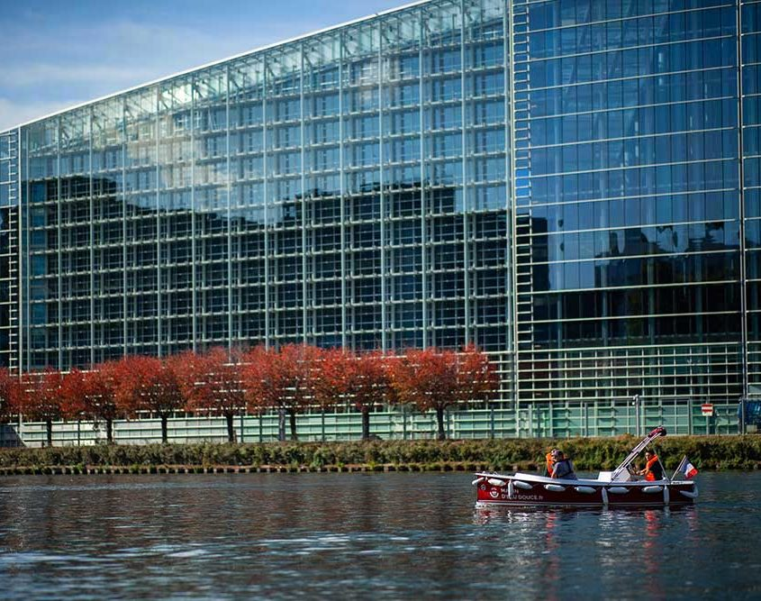 Discover the European Parliament during your ride on our boats