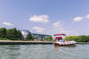 Electric boat in front of the Géode
