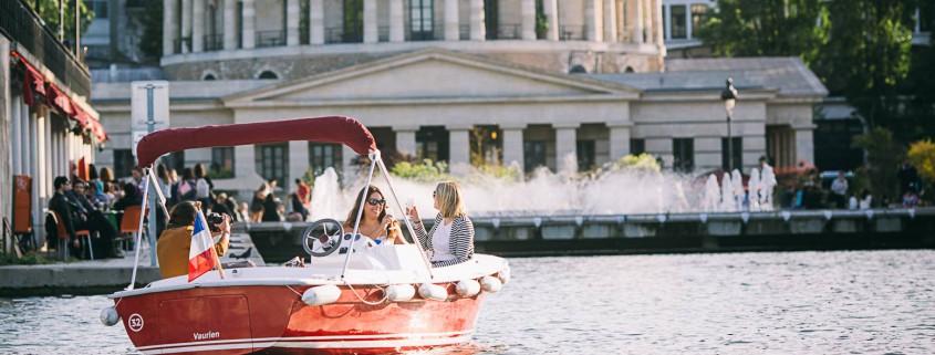 Rent an electric boat in front of the Rotonde de la Villette